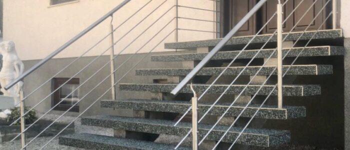 Steinteppich fugenlos Außentreppe grau