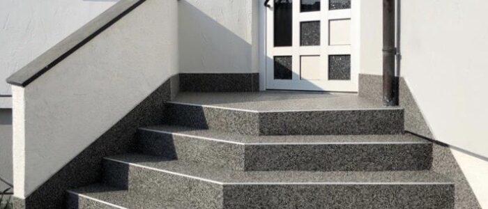 Steinteppich fugenlos Eingangstreppe grau