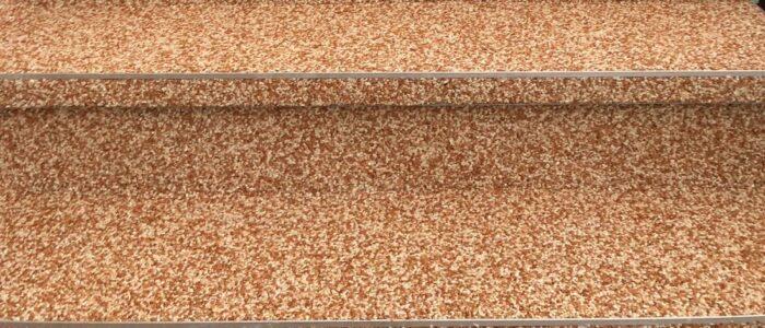 Steinteppich fugenlos Außentreppe braun
